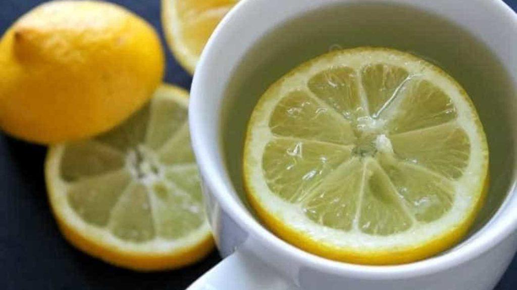 Água morna com limão todas as manhãs
