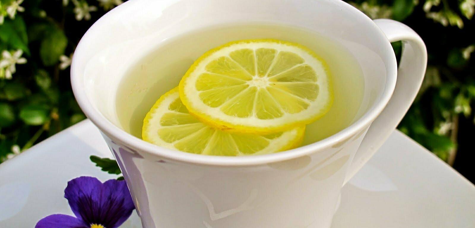 Benefícios do limão de manhã para a saúde