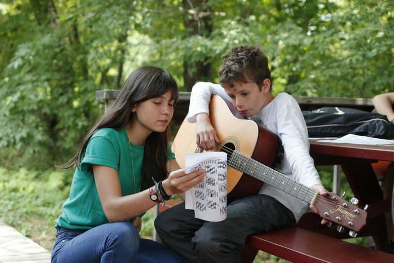Aprender violão desde criança faz bem