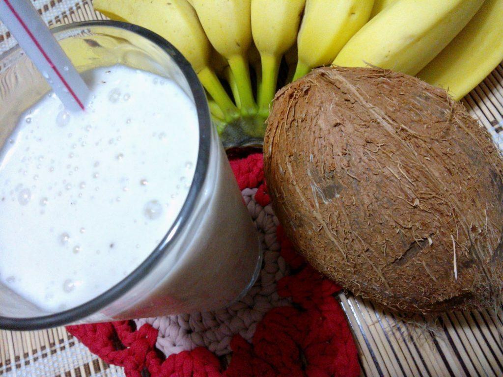 coco e banana ajudam combinados podem ser uma boa opção de bebida