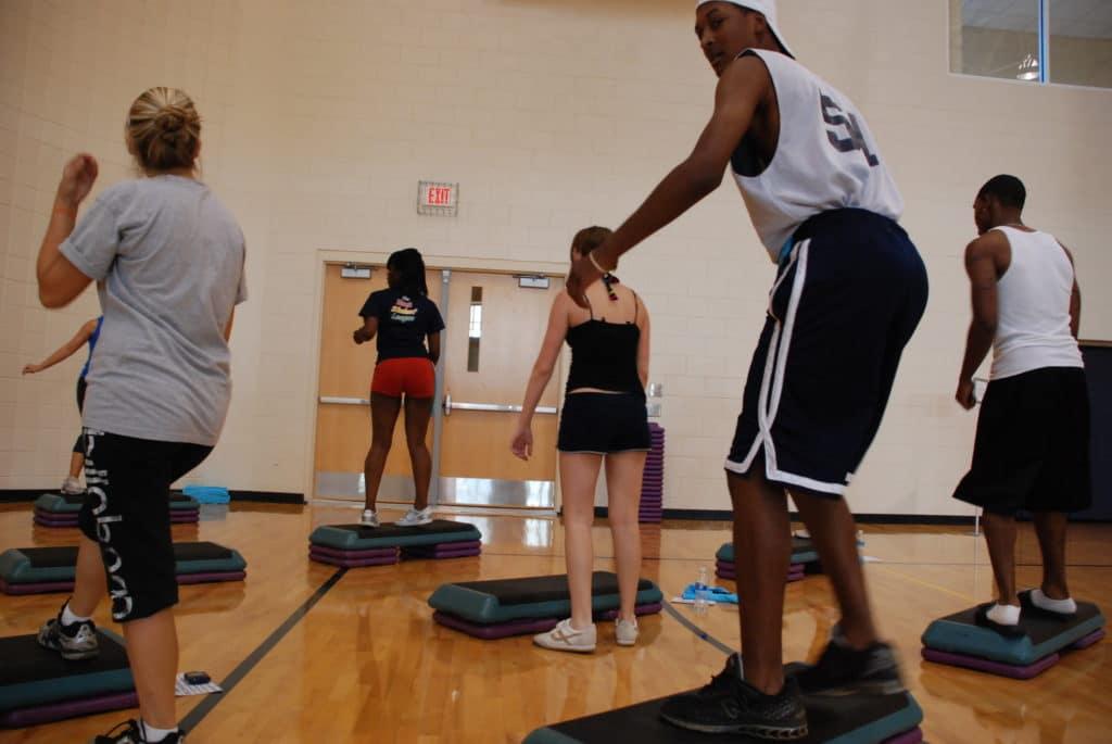 exercícios com steps ajudam a manter a forma e o bem estar